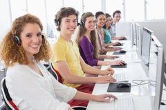 Studenten, die im Computerraum arbeiten lizenzfreies stockfoto