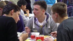 Studenten, die im Esszimmer zu Mittag essen stock video footage