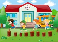 Studenten, die im Schulhof spielen Stockfotos