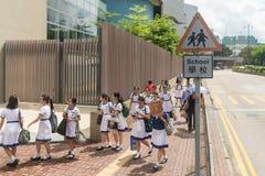 Studenten die kant van de weg lopen Stock Afbeeldingen