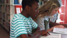 Studenten die in klaslokaal bestuderen stock videobeelden