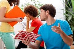 Studenten, die an Klassen arbeiten Stockbilder