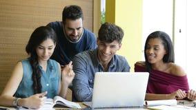Studenten, die am Laptop studieren stock video footage