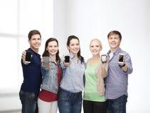 Studenten, die leere Smartphonesschirme zeigen Lizenzfreie Stockfotos