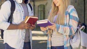 Studenten die, mannelijke verklarende taak aan wijfje communiceren, meisje het danken stock footage