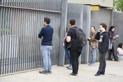 Studenten die, na de poort, in het ENEM-examen dicht laat aankomen Stock Afbeelding