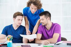 Studenten die nieuwe informatie in klaslokaal leren Royalty-vrije Stock Afbeelding