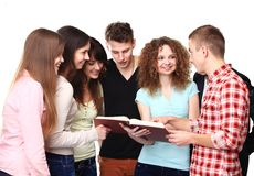 Studenten, die Notizbücher sprechen und halten stockfotos