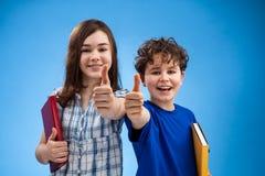 Studenten, die okayzeichen zeigen Stockbilder
