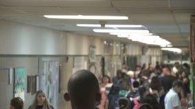 Studenten die onderaan zaal door kasten (13 van 16) lopen stock footage