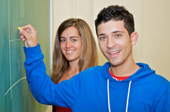 Studenten die op bord schrijven Stock Foto