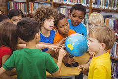 Studenten die op een bol richten stock afbeelding