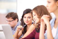 Studenten die op school bestuderen Stock Afbeelding