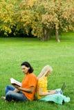 Studenten die in park bestuderen Stock Foto