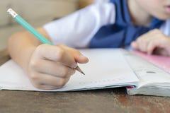 Studenten die potloden voor wiskundeberekening houden stock afbeeldingen