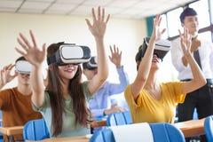 Studenten die pret met nieuwe technologie vr hoofdtelefoon hebben in klaslokaal royalty-vrije stock foto's