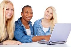 Studenten, die an Projekt arbeiten Lizenzfreie Stockbilder