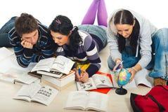 Studenten die samen bestuderen Stock Foto's