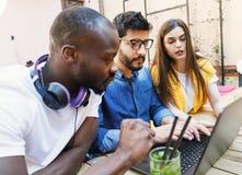 Studenten die samen bestuderen stock foto