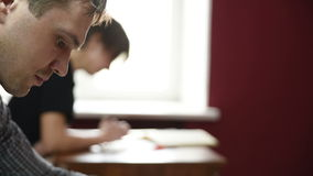 Studenten die samen in een klaslokaal bestuderen stock videobeelden