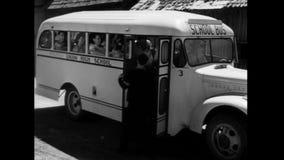 Studenten die schoolbus ingaan stock videobeelden