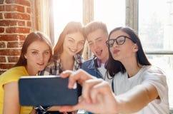 Studenten die Selfie maken stock fotografie