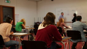Studenten, die Sitze während der Klasse austauschen stock footage