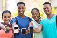 Studenten die slimme telefoon tonen royalty-vrije stock fotografie