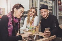 Studenten, die Smartphone verwenden Lizenzfreies Stockbild
