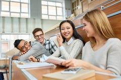 Studenten, die Spaß am Bruch haben Lizenzfreies Stockfoto