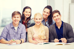 Studenten, die Spaß in der Schule haben Lizenzfreie Stockbilder