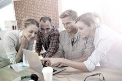 Studenten, die Spaß auf einem Laptop haben Stockfoto