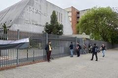 Studenten, die spät, nachdem der Torabschluß, in der ENEM-Prüfung ankommen Lizenzfreie Stockfotografie
