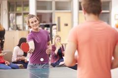 Studenten, die Tischtennis sich entspannen und spielen lizenzfreies stockbild