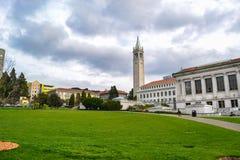 Studenten die in Vierling op Universiteitscampus lopen Stock Afbeelding