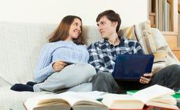 Studenten die voor examens voorbereidingen treffen Stock Afbeeldingen
