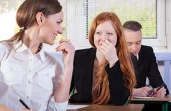 Studenten, die vor Prüfung sprechen Lizenzfreies Stockfoto