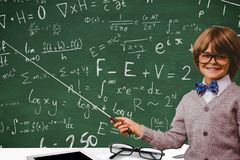 studenten die wiskundige berekening tonen tegen de achtergrond van de schoolraad stock fotografie