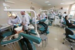 Studenten, die Zahnheilkunde auf medizinischen Attrappen in einer unterrichtenden Anlage oder in einer Universität üben lizenzfreies stockbild
