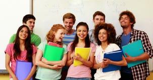 Studenten die zich in klaslokaal bevinden die duimen geven aan camera stock video