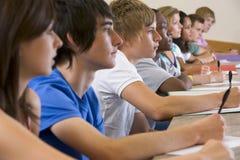 Studenten, die zu einem Hochschulvortrag hören stockfoto