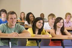 Studenten, die zu einem Hochschulvortrag hören Stockbild