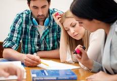 Studenten, die zusammen an einem Projekt arbeiten Lizenzfreie Stockfotos