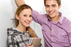 Studenten door de Kasten van de School Stock Afbeelding