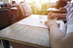Studenten door examens te nemen Stock Foto