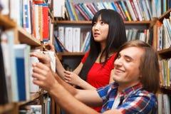 Studenten in een bibliotheek Stock Afbeeldingen