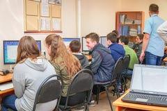 Studenten in een computerklasse met een leraar royalty-vrije stock foto