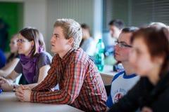 Studenten in een klaslokaal tijdens klasse stock fotografie