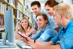 Studenten in een universiteitsbibliotheek Royalty-vrije Stock Foto's