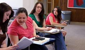 Studenten in einem Klassenzimmer stockbild